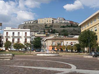 トレビサッチェの旧市街を仰ぎ見る
