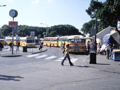 クラシックなバスもいるバスターミナル