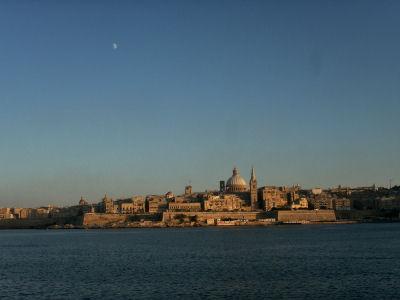 スリーマから見た夕暮れのヴァッレッタ(と月)