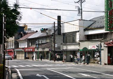 朝の駅前商店街