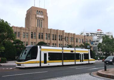 市役所前を走る超低床車