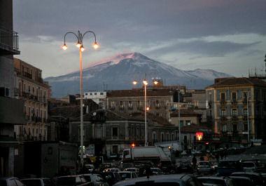 カターニャ市内のエトナ山の眺め