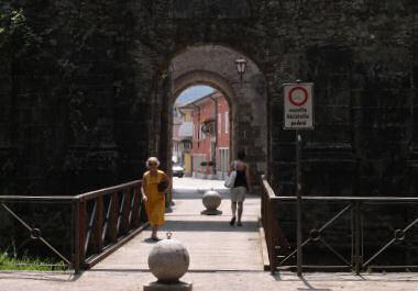 旧市街の入口の一つ・ポルタ・ヌオーバ