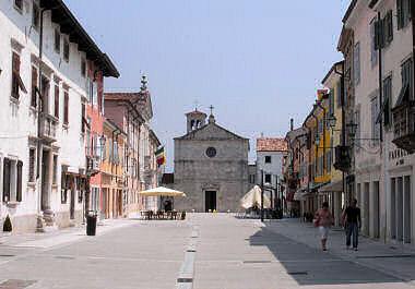 旧市街の大通りとドゥオーモ