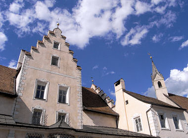 鉱山博物館と教会の尖塔