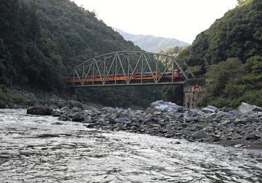 保津川から見たトロッコ列車