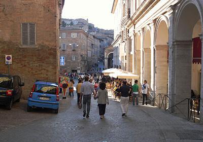 旧市街中心部へ向かう道