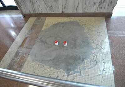 床に残る爆発の跡