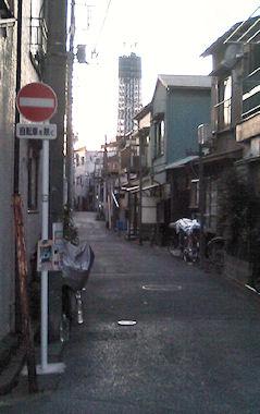 路地から見える東京スカイツリー