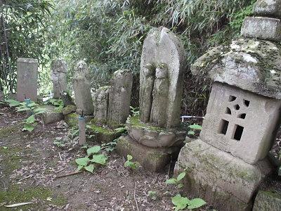 神社の周囲にあった道祖神や石仏、石塔