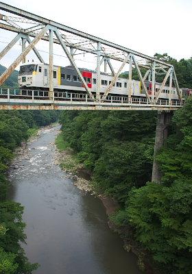 吾妻川を渡る特急「草津」