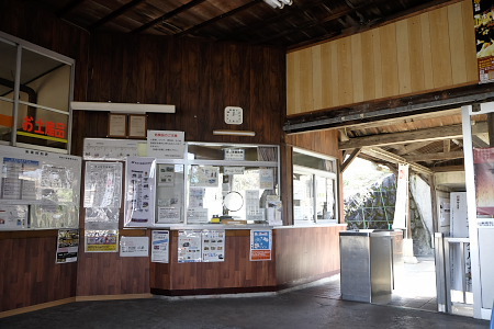 昔ながらの美濃市駅出札口と改札口