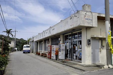 伊計島共同スーパー前