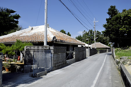 比嘉集落の赤瓦の家々