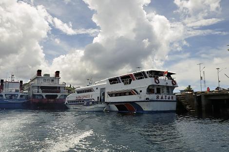 ソロンとワイサイを結ぶ高速船