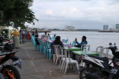川沿いの青空飲食街