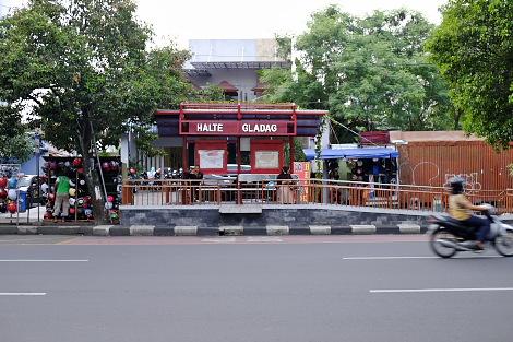 大通りのバス停