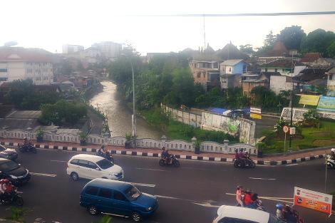 ジョグジャカルタ市内の車窓