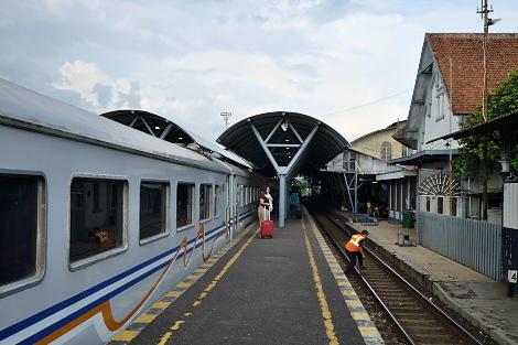 ジョグジャカルタ駅の屋外ホームに到着