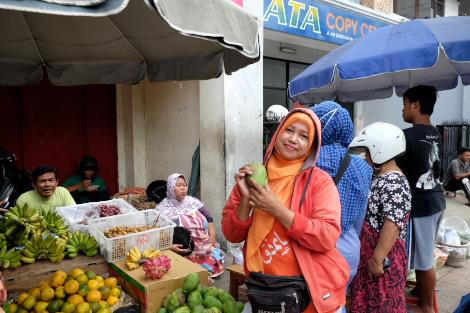 トゥグ塔付近の市場にて