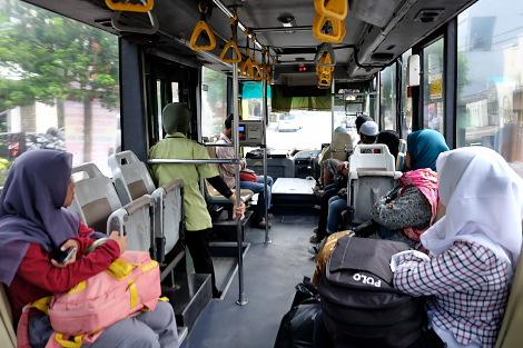 市内バスの車内