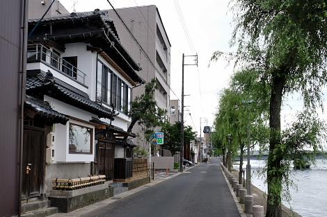 大橋川沿いの家並み
