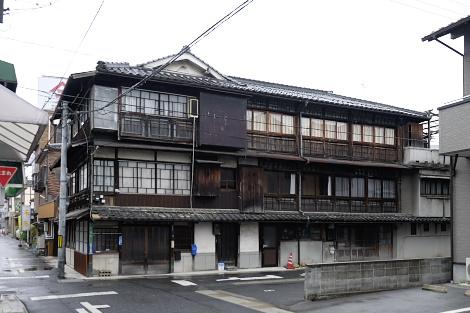 小性町(小姓町ではない)にある木造3階建て