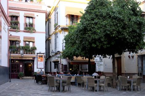 夕暮れの小さな広場