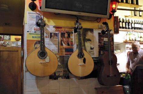 伴奏のポルトガルギターとギター