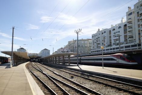 サンタ・アポローニャ駅で発車を待つ「アルファ・ペンドラーレ」号