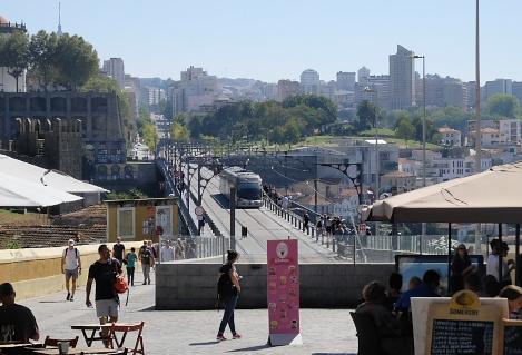 観光客で賑わうドン・ルイス1世橋を渡るメトロ