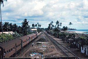 コロンボ南部の海岸をゆく鉄道