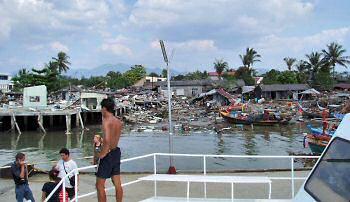 津波襲来翌日のカオラックの港