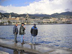 メッシーナ港で釣りをする人びと