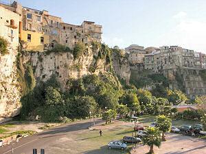 崖上にある旧市街