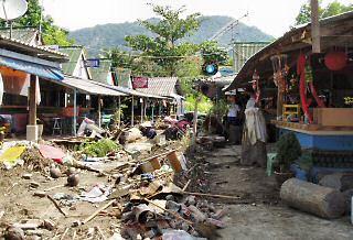 津波に襲われた土産物屋
