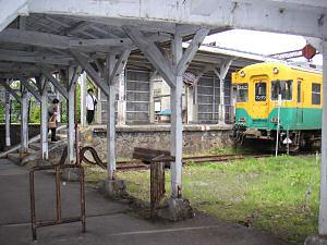 岩峅寺駅上滝線ホーム