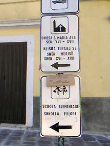イタリア語とアルバニア語が併記された標識