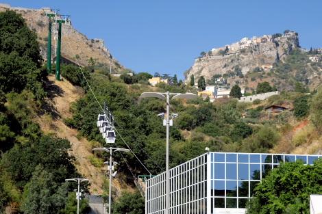 丘の上の町と海岸を結ぶロープウェイ